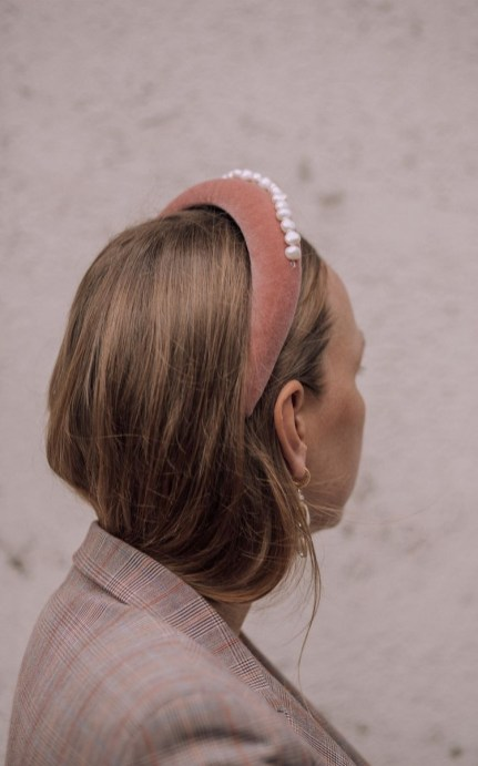 5 modi di indossare le perle sui capelli cerchietto bombato