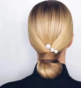 5 modi di indossare le perle sui capelli chignon basso elegante