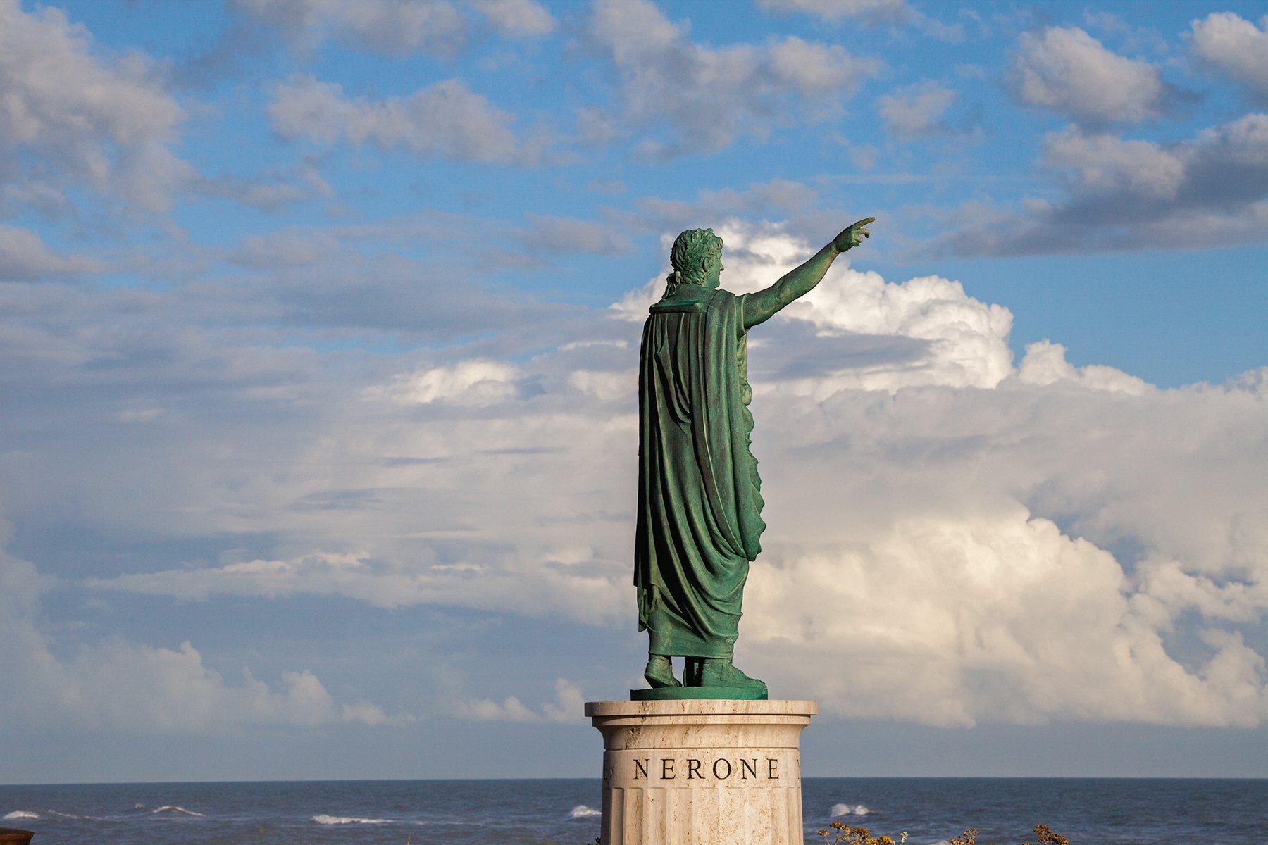 Estatua de Nerón en Anzio, su ciudad natal.
