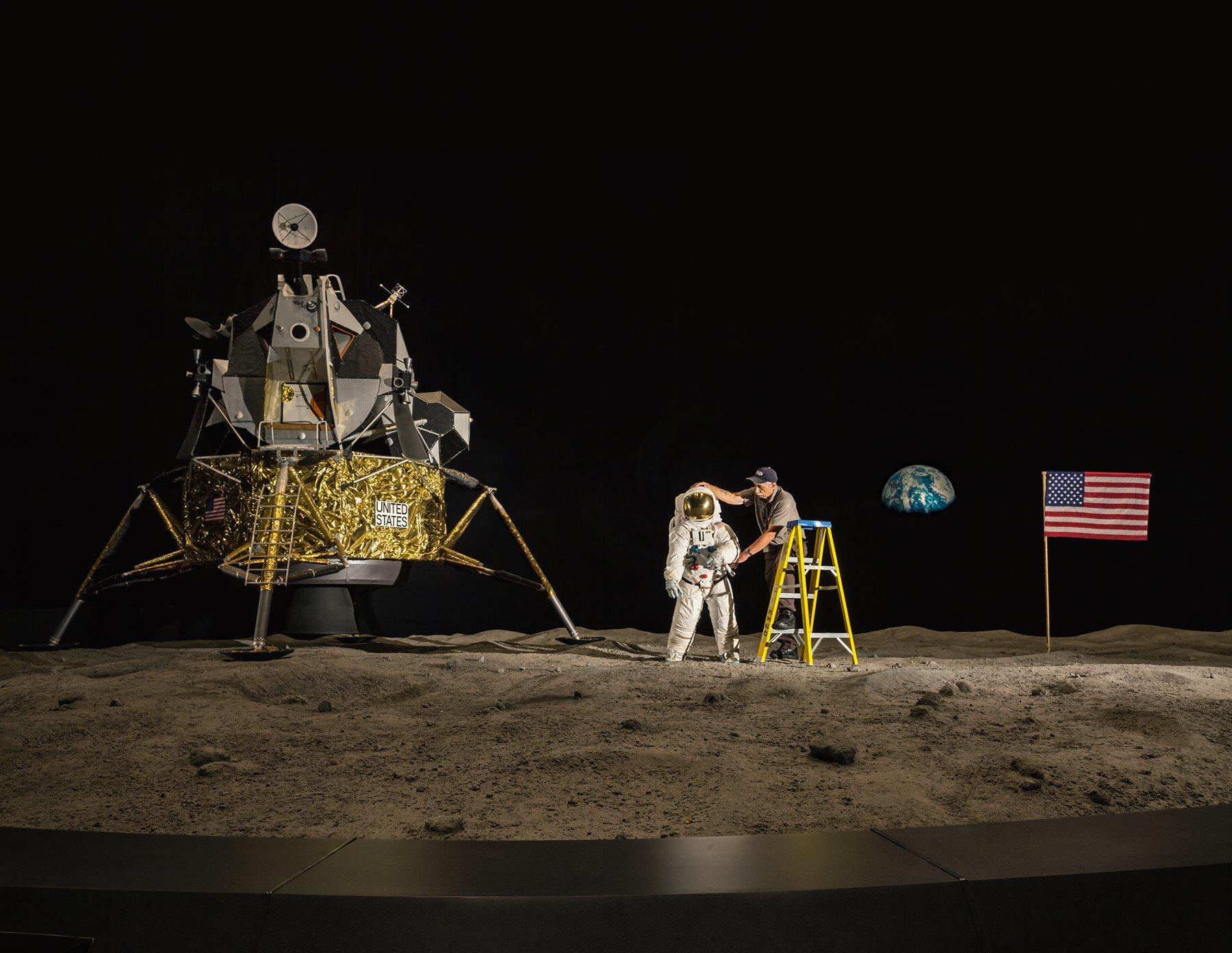 Un empleado del Centro Espacial Kennedy de la NASA, en Florida, coloca en su sitio los elementos que formarán parte de una exposición.