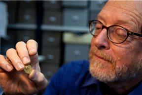 Donald T. Ariel con la moneda