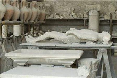 Molde de una figura humana en el almacén de grano cercano al foro.