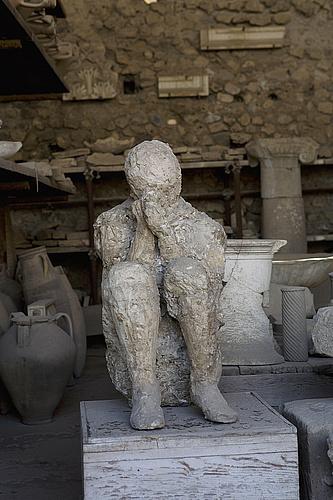Molde de una figura humana en el Macellum, o mercado de comida, de Pompeya