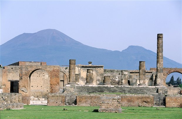 Vista de las ruinas de la ciudad de Pompeya, con el Vesubio al fondo.