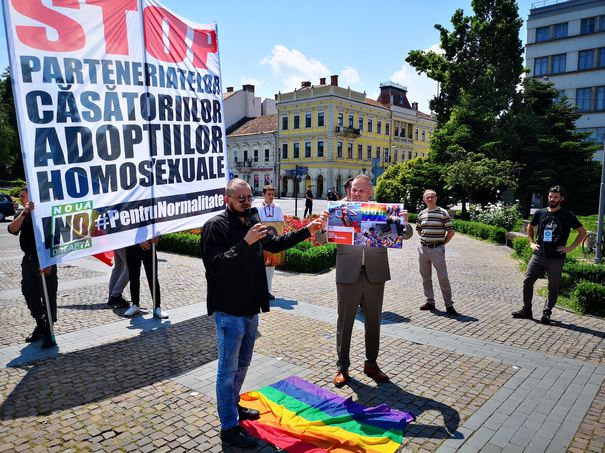 VIDEO: Steagul homosexualilor, în culorile curcubeului, călcat în picioare si incendiat de nationalisti la mitingul pentru familie