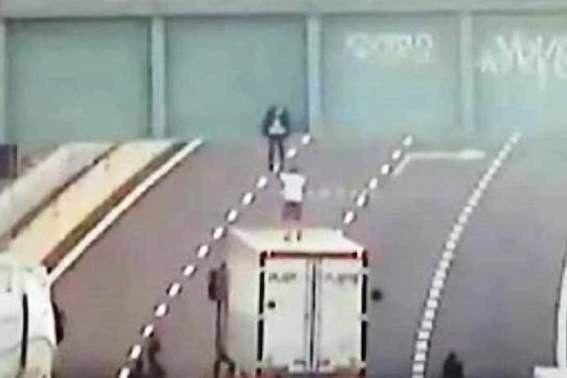 Un român a devenit erou în Italia, după ce a convins un tânăr să nu se sinucidă. La final, cei doi s-au îmbrățișat