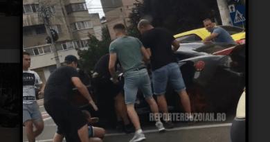 """Hoti de carduri ~de etnie """"neprecizata""""~ scosi din mașină și jucati în picioare de politisti! (VIDEO)"""