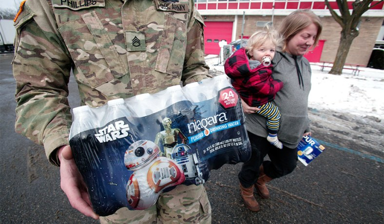 Michigan National Guard soldiers help distribute water to Flint residents.
