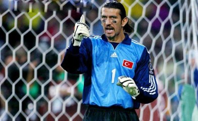 De Turkse doelman Rüştü Reçber in 2002