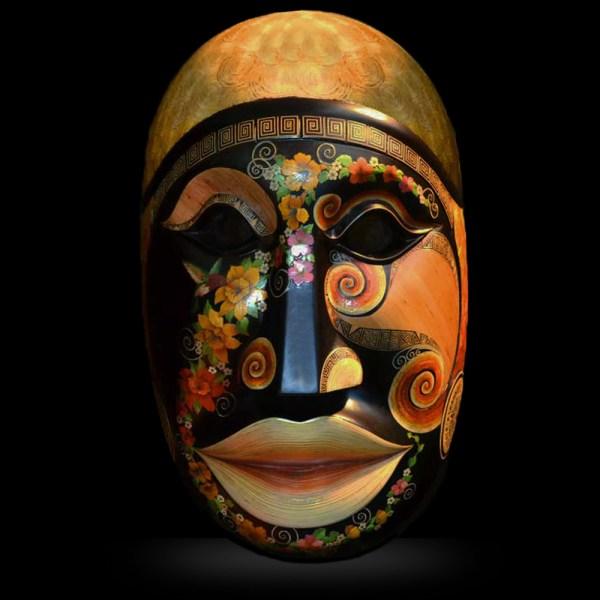 Grand masque en bois et marqueterie de paille