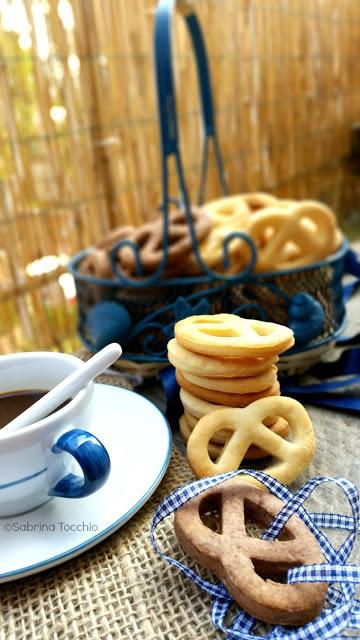 Biscotti light alla ricotta semplici e al cacao cestino