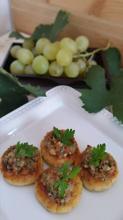 Cakes di ricotta e formaggi e pesto di uva finger food