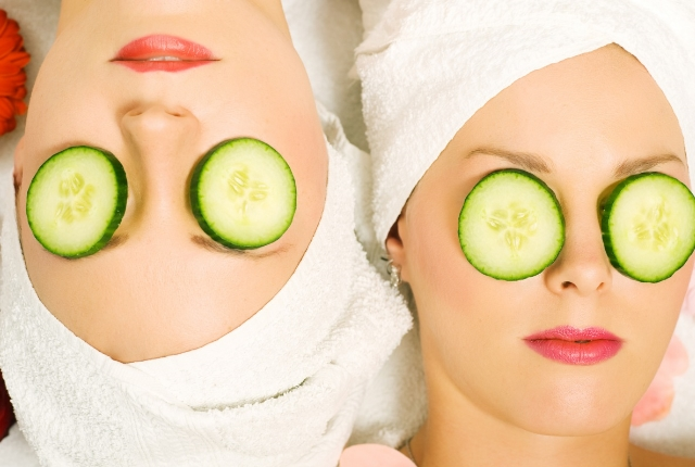 Usage of Cucumber Slices on the Sagging Eyelids