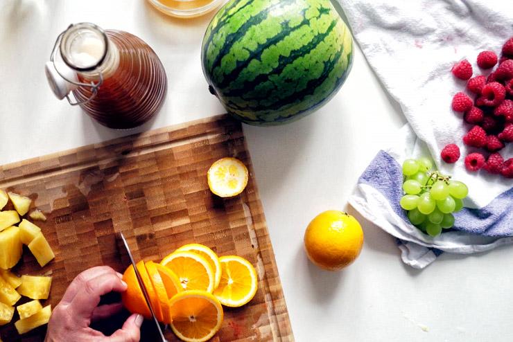 Prickelnde Kombucha Bowle mit Melone, Beeren und Ananas - Ein Hit auf jeder Party - Die Orange