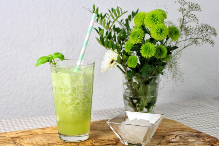 """""""Pineapple Kiss"""" Kefir Smoothie - ein erfrischend fruchtiger Wasserkefir Drink mit Ananas und Basilikum - der Drink"""