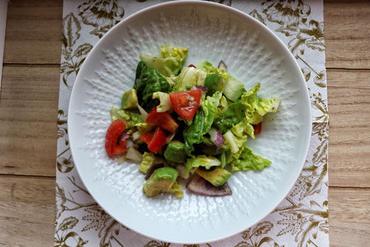 Schnittsalat mit Kombucha Dressing – knackig frischer Salat trifft buntes Gemüse und Avocado - Hauptbild