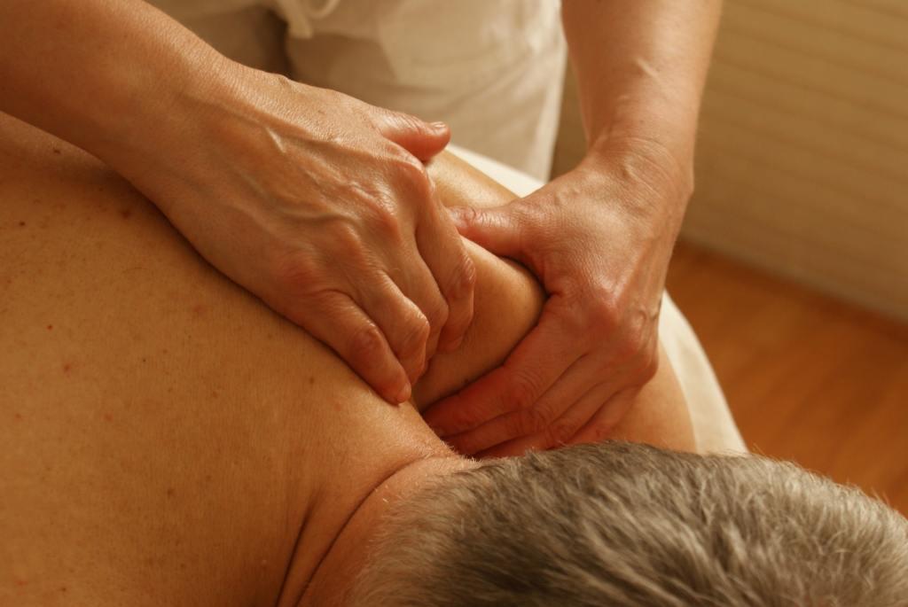 Massageterapi av axlar hos Natural Fit i Växjö
