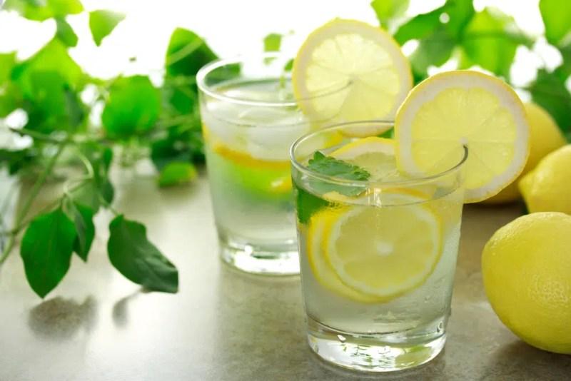 Benefícios para a saúde de beber água morna de limão