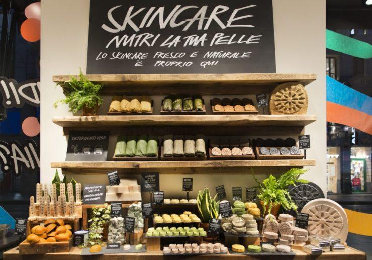 Stand dedicato alla Skin Care del Lush Naked Shop di Milano