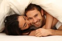 Paar unter Decke