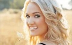 usmiechnieta-blondynka-z-kwiatkiem