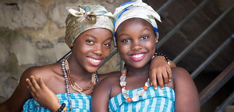 Deux femmes noires aux sourires éclatants