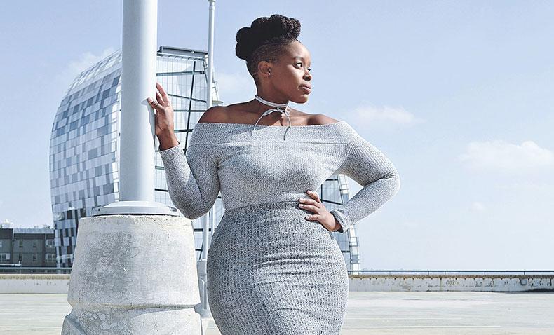 Comment avoir une belle peau noire, bien se maquiller et s'hydrater naturellement ? Photographie d'une femme afro-américaine.