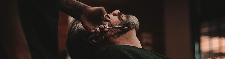 Barbier en train de raser un client