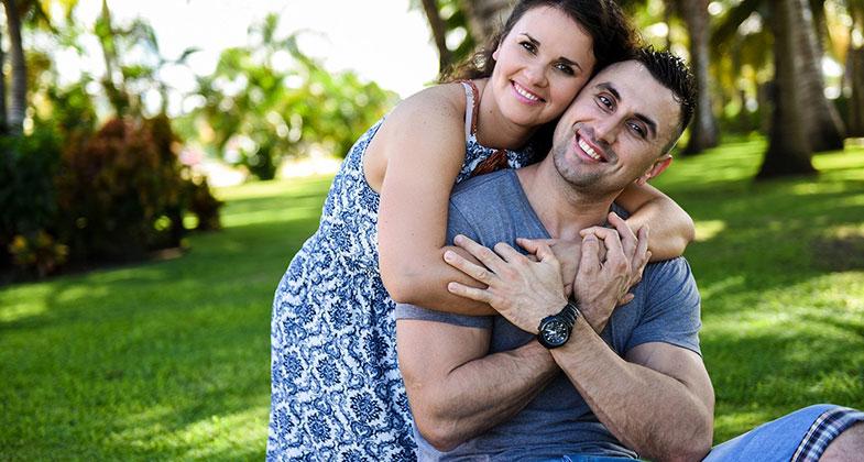 Photographie d'un couple heureux dans un parc public ensoleillé
