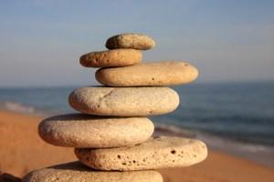Balance - gestapelte Steine am Meer