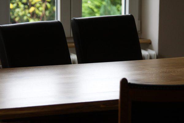 Büro-Tischplatte für einen Besprechungstisch, Eiche mit oder ohne Baumkante bzw. sog. Live-Edge, geölt