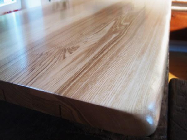 Holz-Tischplatte, Esche, dunkel gemasert mit Baumkante bzw. Naturkante oder sog. Live-Edge
