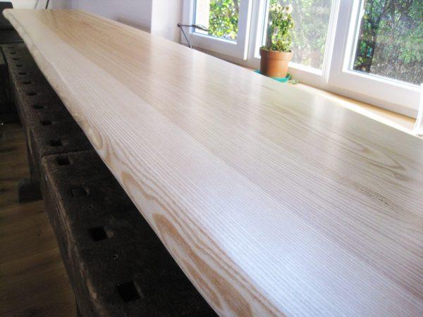 Holz-Tischplatte oder Sitzbank aus Esche mit Naturkante, Baumkante bzw. Live-Edge, lackiert