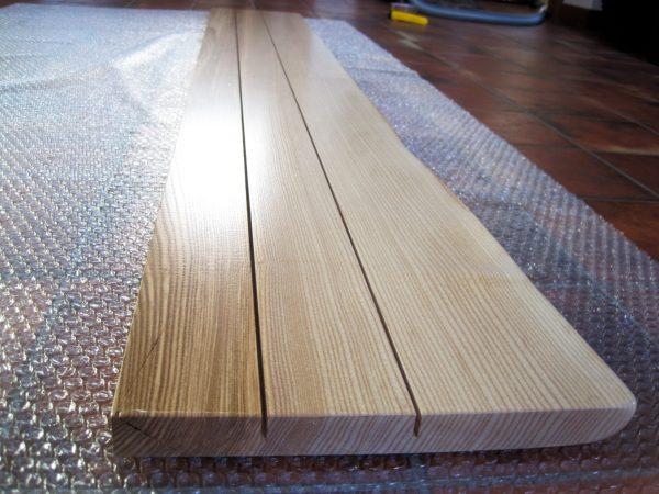 Holzfensterbank Esche, die Rückseite mit Entspannungsschnitten und natürlicher Baumkante