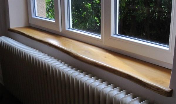 Holzfensterbank Wildeiche, Eiche mit natürlicher Baumkante bzw. Naturkante oder Live-Edge im Einbau