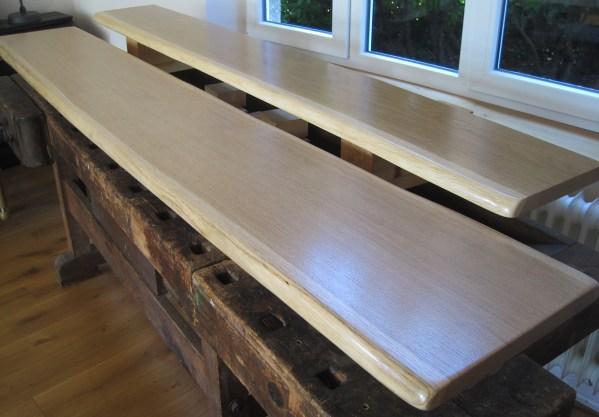 Sitzbank, Thekenplatte aus Eiche, massiv mit Naturkante bzw. natürlicher Baumkante, lackiert