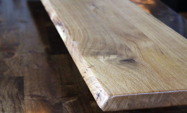 Thekentisch bzw. Thekenplatte aus Wildeiche oder Eiche mit Naturkante bzw. natürlicher Baumkante, geölt