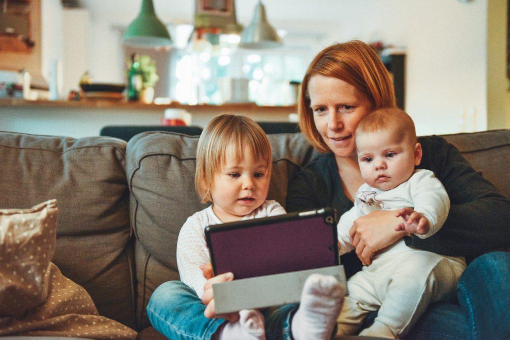 Børn, børneopdragelse, forældreskab, naturligopdragelse, forældre, privat, privatliv, socialemedier, børn og skærm, børn og mobil