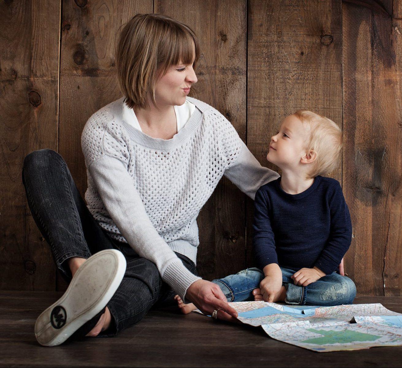 tal mindre, tal med dit barn, samtale med børn, forældre samtaler med børn, forældre, forældrerådgivning, børn, børneopdragelse, barn, barndom, gladebørn, sundebørn, naturligopdragelse