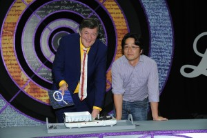 A photograph from the BBC series QI $ ($Series L$ )$ showing Stephen Fry, and the inventor of the Leidenfrost maze, Kei Takashina.
