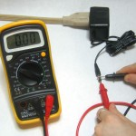 A photograph showing how to use an ammeter for measuring an external voltage.