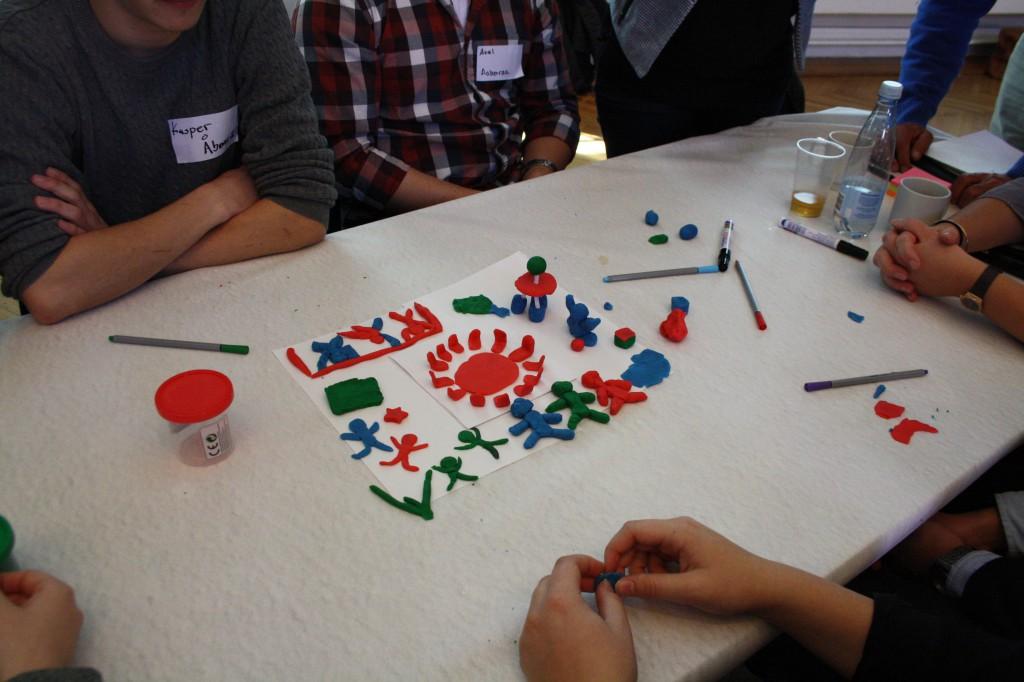 På UR2015's første seminar blev deltagerne bedt om at forme visionerne for ungdomsrådet i modellervoks.