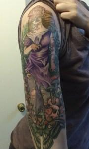 Tatouage TLOU de la communauté Naughty Dog: Une femme claqueur habilée d'une robe déchirée, avec un papillon de nuit à ses pieds
