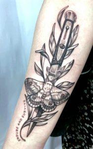 Tatouage TLOU de la communauté Naughty Dog: le couteau d'Ellie, accompagné d'une plante et d'un papillon de nuit posé sur lui