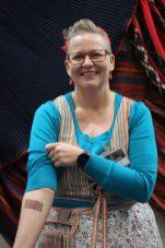 Hilu Toivonen-Alastalolla on Raita Ry:n logo printattuna käteen