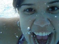 Po co wydychać powietrze pod wodą podczas pływania