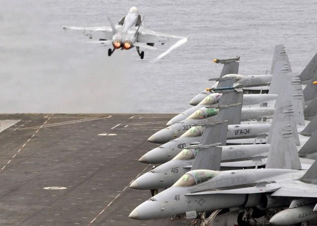 decolagem de F-18 - foto USN