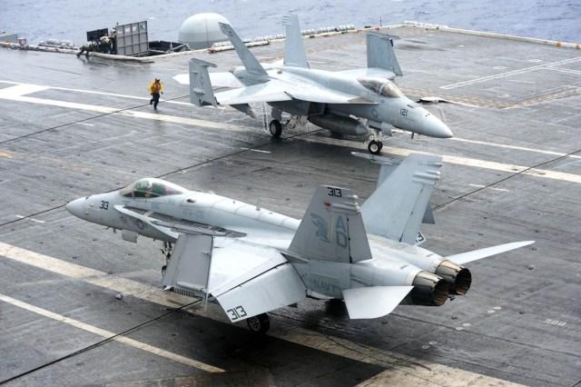 Super Hornets no convoo do CVN 69 - foto Marinha dos EUA