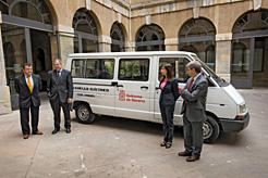 Las autoridades junto al vehículo eléctrico.