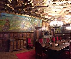 Salón de Sesiones del Gobierno, tras la adaptación del escudo a la normativa.